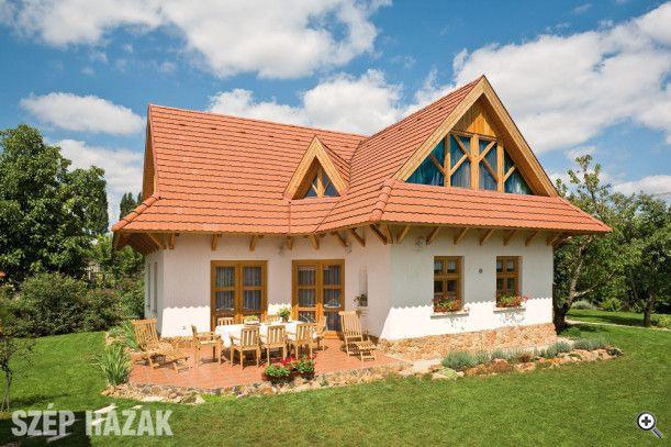 """Az épület térbeli megjelenésében egy hagyományos háromosztatú magyar """"parasztház"""", amely természetes anyagokból épült."""