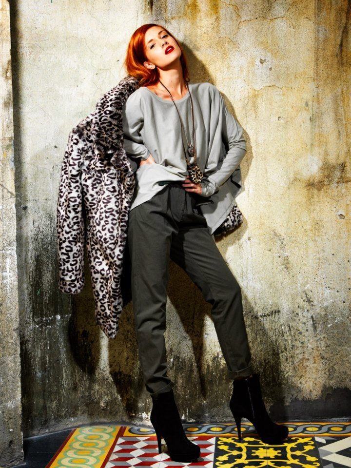 High waist trouser, fur coat with animal print and loose blouse.