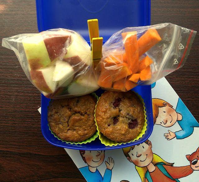 Drugie śniadanie do szkoły. Mufinki pełnoziarniste z malinami i zdrowy motylek na przekąskę.