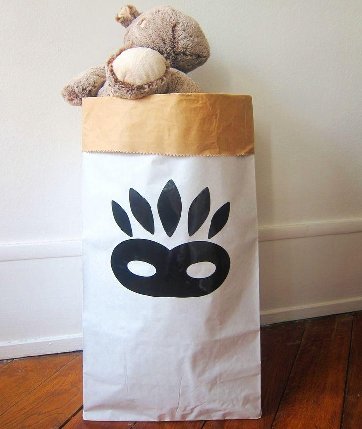 """Amusant, pratique et écologique : ranger deviendra un jeu pour vos enfants!Ce sac ultra-résistant est idéal pour ranger les jouets, les doudous et tout le ptit bazar de vos bouts de choux.Illustration et sticker """"masque"""" monpetitZoRéoL.Made in France.Durable, réutilisable, ce sac peut supporter jusqu'a 65kg. Sac résistant à la déchirure et l'éclatement.Couleur : extérieur kraft blanc lisse / intérieur couleur kraft havane.Composé de deux..."""