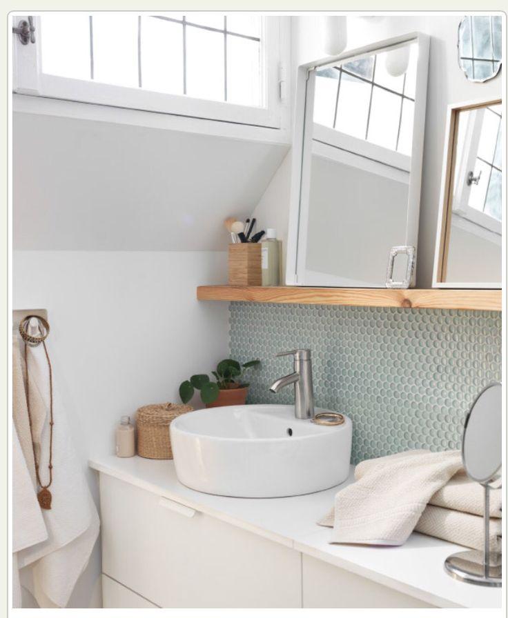 Bänkskiva. Turkos vägg vid handfat och hylla i trä under spegel. (Bild från Ikea)