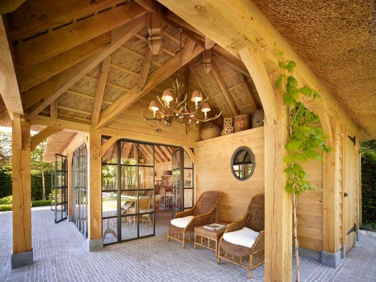 Binnenkijken in interieur. Eiken Poolhouse. Eikenhouten Poolhouse met rieten dak en stalen ramen en deuren