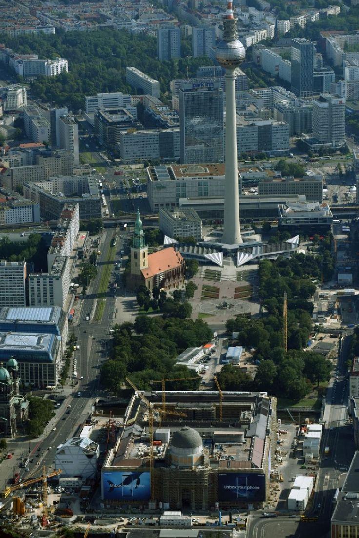 Berlin aus der Vogelperspektive: Umgestaltung des Schlossplatz durch die Baustelle zum Neubau des Humboldt - Forums in Berlin - Mitte