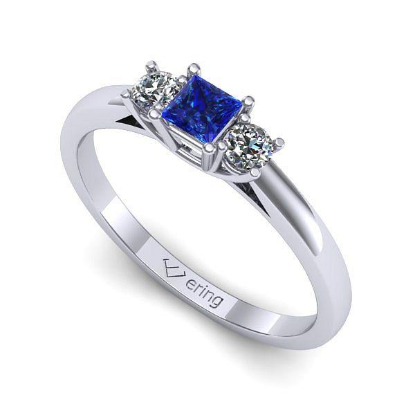 Inel de logodna realizat din aur alb 14k Produsul are in componenta sa: 1 x safir, dimensiune: ~3.00x3.00mm, culoare: ALBASTRU, forma: princess 2 x diamant, dimensiune: ~2.50mm, greutate totala: ~0.12ct, culoare: G, claritate: SI1, forma: round