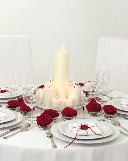 Rot und weiße Tischdekorationen mit Stumpenkerzen – red and white wedding table centerpiece with church candles – www.weddingstyle.de
