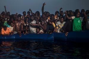 Afrikanische Flüchtlinge Mitte September in einem Gummiboot - mitten auf dem Mittelmeer. Die Reise hat schon Tausende das Leben gekostet