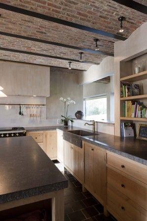 keuken ontwerp en uitvoering DIRK COUSAERT massief eiken kasten met blauwe hardstenen aanrecht en wasbak