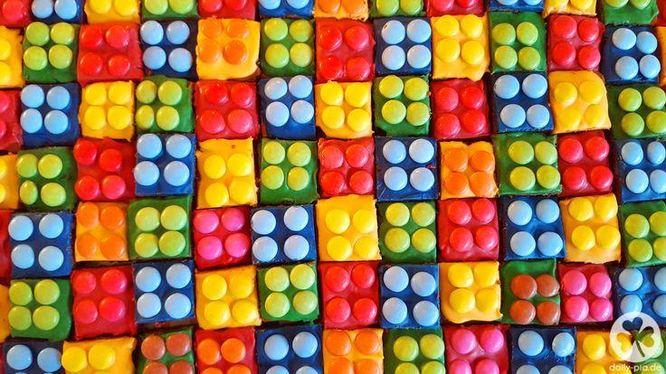 Wie ihr auf einigen Fotos zu Alex' Ninjago-Geburtstag sehen konntet, habe ich ihm statt einer Motivtorte dieses Jahr einen Lego Kuchen gebacken. Ninjago ist Lego und das passte einfach hervorragend ins Konzept.Ich habe wirklichgeglaubt,der Kuchensei weniger aufwendig, als eine Motivtorte. Tatsächlich istderKuchen zwar weniger kompliziert und bedarf keinem gesteigertem Kreativ- und/oder Basteltalent, aber in Sachen Zeit ist er doch viel intensiver, als zuerst angenommen. Da einige von…