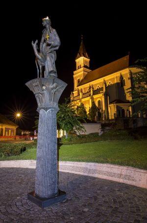 Tóth Gábor: A kép egy esti-fotós körutamon készült. Szerintem a város egyik legszebb szobra, háttérben a Magyar templommal. Hosszú záridős fotó, állványról készült. Több kép Gábortól: www.facebook.com/SzketiPhoto