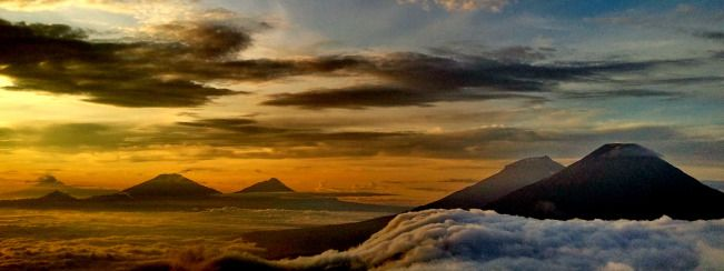 Pemandangan dasyat, dari kiri : lawu ,merbabu ,merapi ,sumbing ,sindoro. (GUNUNG PRAU DIENG Indonesia)