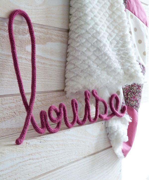 Louise tricotin ( pour cela introduire un fil de fer dans le tricotions pendant sa réalisation )