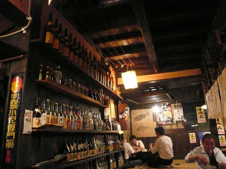 国際通りを少し入った場所にあった居酒屋さん。店に入ると、まるでタイムスリップしたかと驚く昭和の香り。ここで3人のフランス人海洋学者と出逢い、浅草で再会しました。