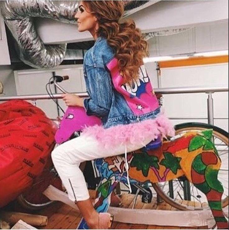 """просто фото """"WOW - джинсовка с перьями. Хит этого сезона. Доп.фото скинем в Viber/WA/IMеssage/Telegram по запросу  Материал: Тонкая джинса Цвет: розовые или белые перья внизу Размер: s m Цена: 3750 руб   НАШИ МАГАЗИНЫ  Платья для ЭГОисток (доставка 4-8 дн.) @egoistka_style  Детская одежда и обувь @na.labutenax.kids  Спортивная одежда и обувь @sport.odegda   ДЛЯ ЗАКАЗА Viber/WA/IMеssage/Telegram 79284126060  #джинсовыекуртки #джинсоваякуртка #джинсовка #джинсовкасперьями #креативнаяджинсовка…"""