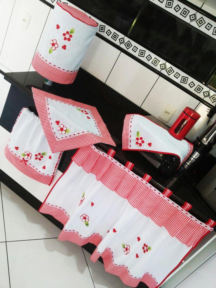 CONJUNTO DE COZINHA: branco com vermelho xadrez e aplicações de flores em crochê alto relevo    Você gostaria de combinar seu conjunto de cozinha com a decoração de sua cozinha?! Então fique à vontade para personalizar suas peças com nossas disponibilidades, tais como: cores, aplicações, medidas,...