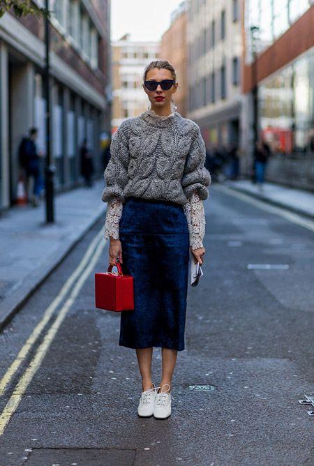 Модель в синей юбке карандаш, сером свитере и кроссовки белые, неделя моды - Лондон осень/зима 2016-2017