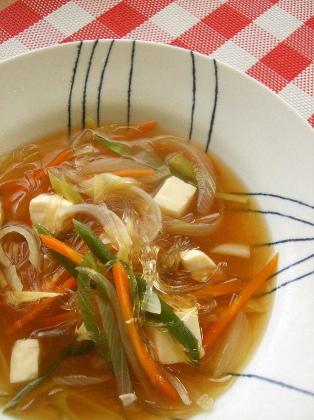 野菜たっぷりのスープを朝食べることでダイエット効果が期待できる「朝スープダイエット」が話題です。朝スープを食べるとどうして痩せやすくなるのか、おすすめの具だくさんスープのレシピと合わせてご紹介します。