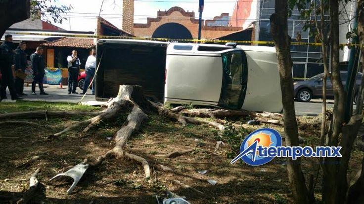 En el cruce del Boulevard García de León y la calle Mariano Matamoros un taxi impactó en un costado a una camioneta Tundra, de color blanco, doble cabina, provocando que ...