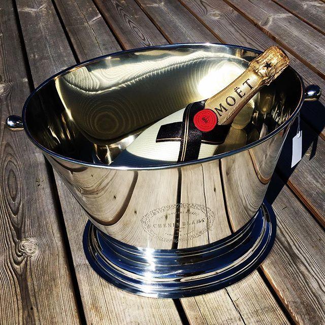 ☀️ Viktig å kjøle ned Champagnen i sommersolen ☀️🍾 Kjølere finner du på VillaB