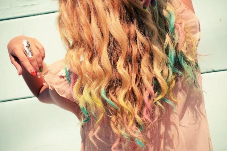 """La cera colorante è un modo per tingere i capelli senza danneggiarli e senza usate prodotti chimici ed è anche d'aiuto alla protezione del capello che sarà più morbido e avrà un effetto del tutto naturale. Questo prodotto per capelli è un po difficile da trovare, ma potreste provare in erboristeria oppure su internet, dove vendono direttamente la tavolozza dei colori che in inglese è chiamata """"Hair Pastel Chalk""""."""