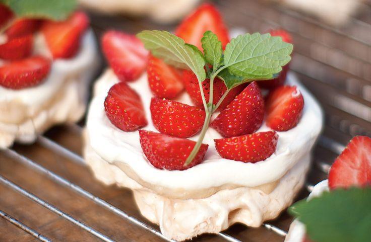 Recept på marängbakelser med rabarbersmörkräm, jordgubbar och vispad grädde. En perfekt sommardessert. Tänk att få en alldeles egen jordgubbstårta till midsommar!