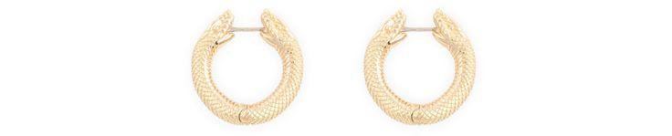 Pour sa nouvelle collection de bijoux, la maison de la place Vendôme s'improvise charmeuse de serpents en domptant le reptile sur une paire de boucles d'oreilles en or jaune.