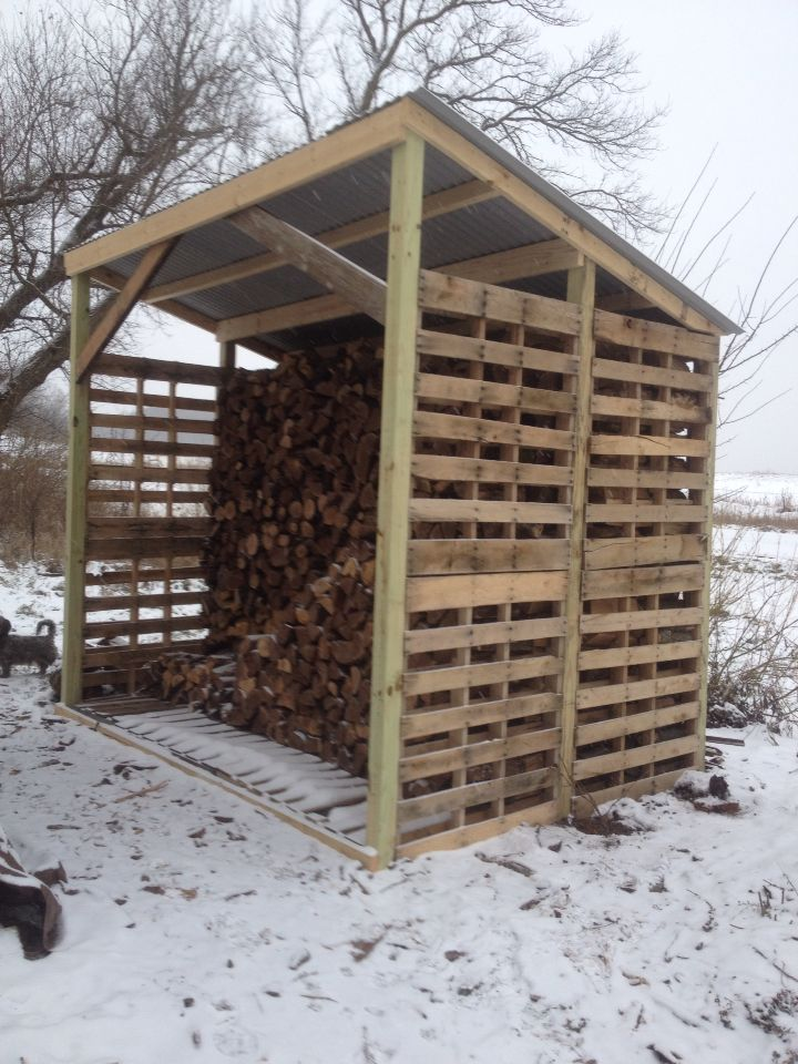 Wood shed made of pallets.