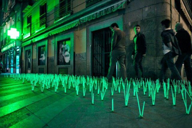 Hierbas mutantes en las calles de Madrid. protesta artística contra la contaminación lumínica que se está llevando a cabo en la ciudad de Madrid, España. By luzinterruptus #creative #design