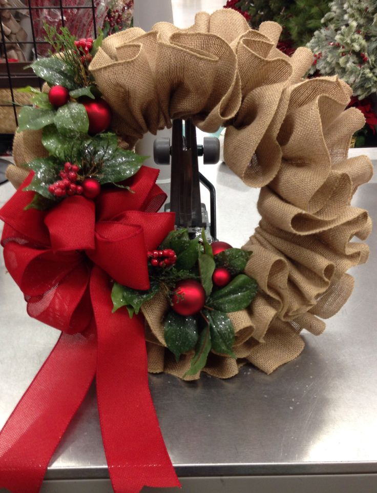 Burlap ruffle wreath, 2013 floral design by Tara Powers, Michaels of Midlothian Va.                                                                                                                                                      Más