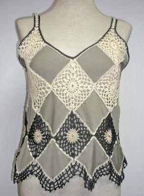 Blusa elaborada en modal beige y tejido a crochet en hilos de colores blanco crudo, y gris, Talla L