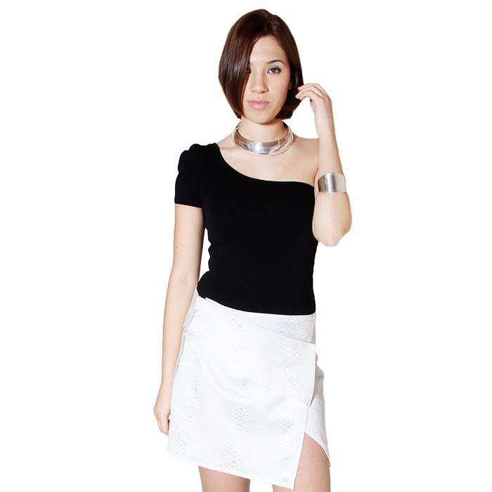 Falda pareo blanca con estampado de serpiente.