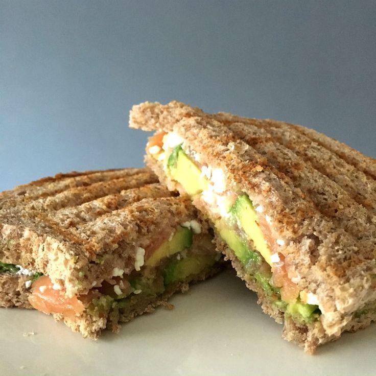 Een heerlijke lunch, tosti met zalm en avocado. Zo gemaakt en voedzaam!