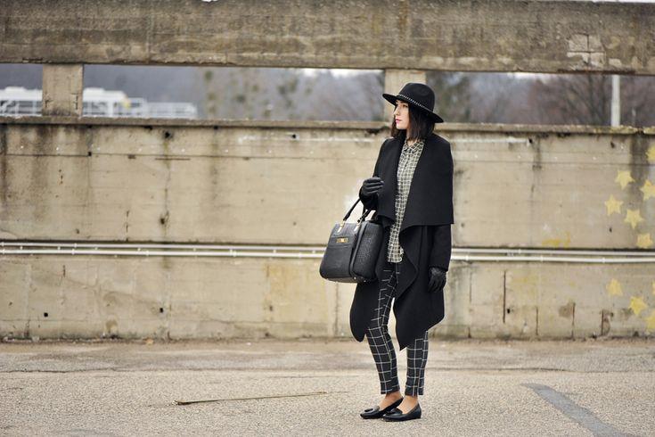 koszula-khaki-stylizacja #street #style #street #fashion #moccasins #checkered #pants #checkered #blouse #checkered #shirt #window #pane #check #hat #blackhat #black #oversized#coat #blackcoat #outfit