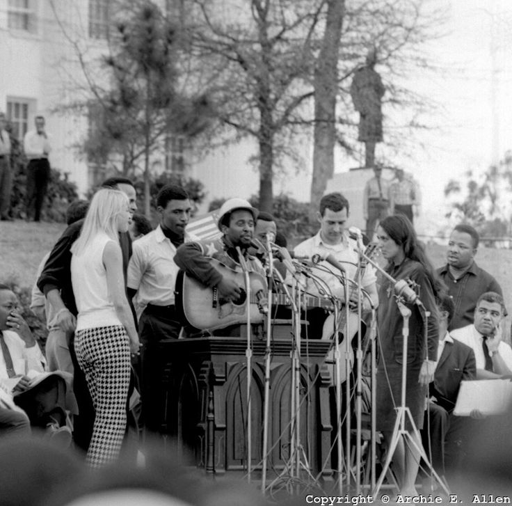 Mary Travers (Peter Paul & Mary), Harry Belafonte, Len Chandler (on guitar) and Joan-Baez to the Selma to Montgomery March in March 1965