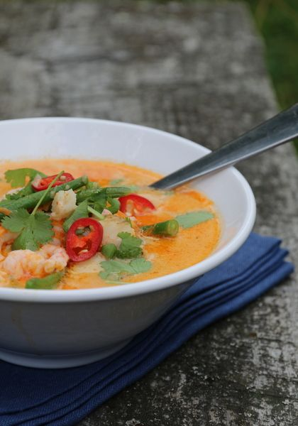 En enkel og smakfull suppe er slett ikke å forrakte på sommeren. Her har torsk og reker fått selskap med kokosmelk og rød currypasta, noe som er en spennede kombinasjon.