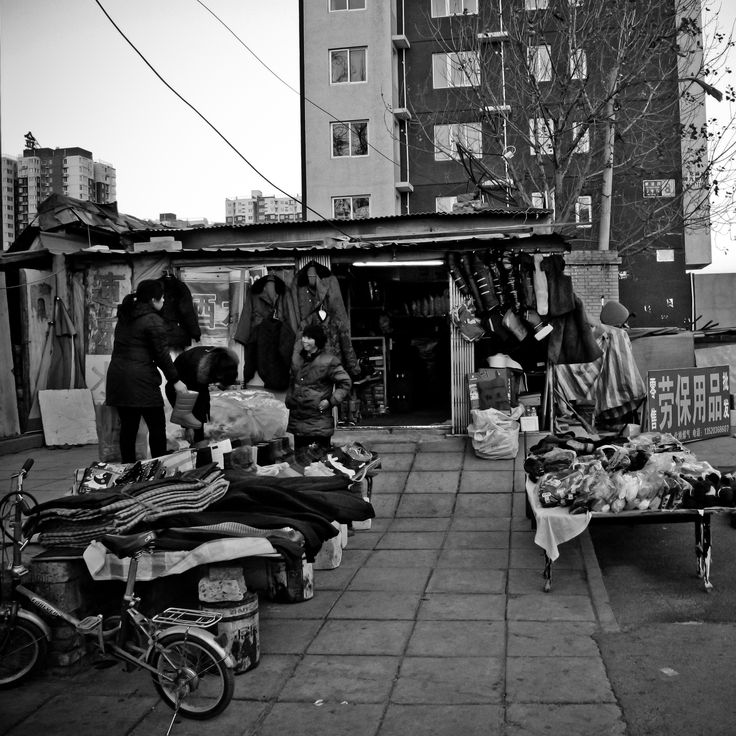 One street outside east 5 ring in Beijing typical sales by the road, for eliminating the storefront rent fees, so low commodity prices.