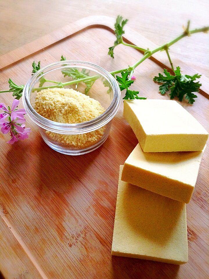 大豆食品は数あれど…粉豆腐というのはあまり聞かない名前ですよね。粉豆腐とは高野豆腐を粉にしたもの。高野豆腐の発祥地・信州では古くから日常に根づく保存食材でした。粉物として便利に使えるだけでなく、高野豆腐ならではの栄養をたっぷり摂取できる粉豆腐のレシピや、意外と知らない高野豆腐のことをご紹介します。