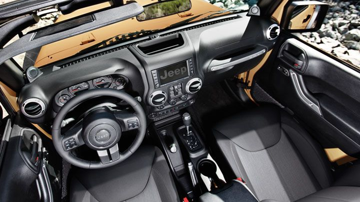 Se muestra el interior del Jeep® Wrangler Unlimited Rubicon 2013 en negro.