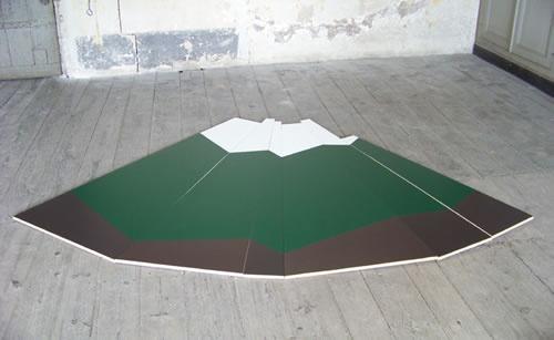 Montagne, (médium, peinture acrylique, 270 x 190 cm), Delphine Renault, 2008. Extrait du texte de Marine Drouin sur facebook.com/ateliereffervescent.