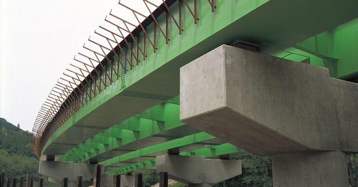 Quais são os tipos de pilares de concreto?. Vigas de concreto criam uma fundação de suporte para casas e estabelecimentos comerciais. Projetos menores e maiores exigem diferentes tipos e tamanhos de pilares. A compactação reforça algumas vigas, enquanto vergalhões reforçam outras. A força, o baixo custo e a facilidade de manuseio tornam os pilares de concreto uma boa opção para suportar ...
