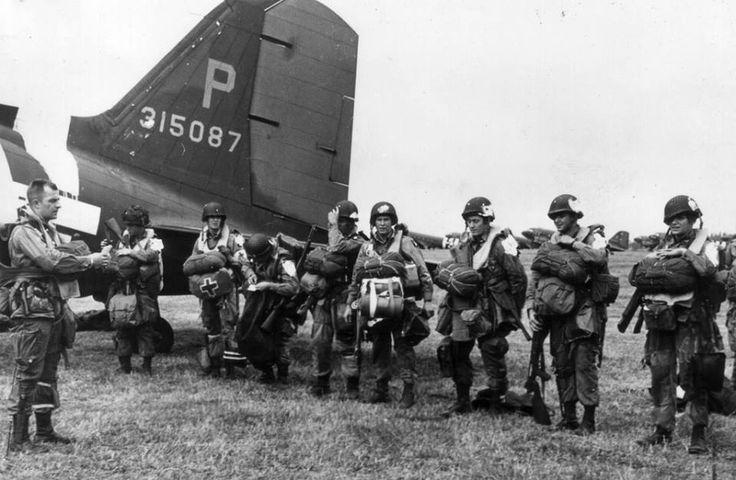 Parachutistes de la 101e Division aéroportée obtiennent les dernières instructions avant de partir pour la Normandie.