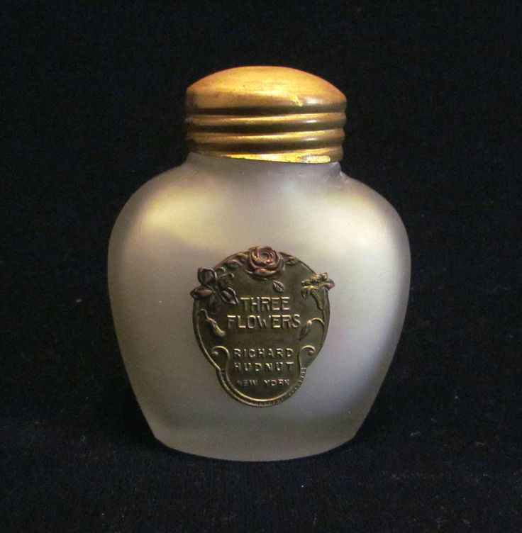 This is a fantastic little vintage 1920's Richard Hudnut Three Flowers Skin Sachet bottle that is full, unused. It's a pretty frosted glass bottle with the gold foil embossed label and gold tone lid.