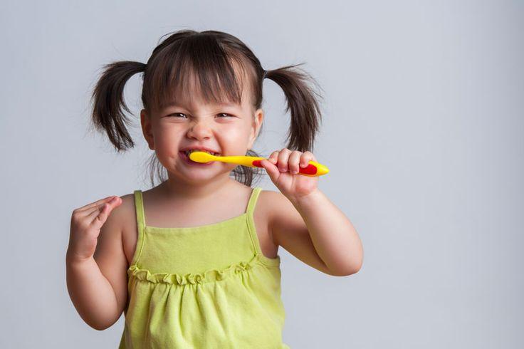 ***Implementando el Hábito de cepillarse los dientes en los niños*** Una efectiva higiene bucal desde pequeños es indispensable para pensar en una boca sana de adultos.....SIGUE LEYENDO EN..... http://comohacerpara.com/implementando-el-habito-de-cepillarse-los-dientes-en-los-ninos_1770a.html