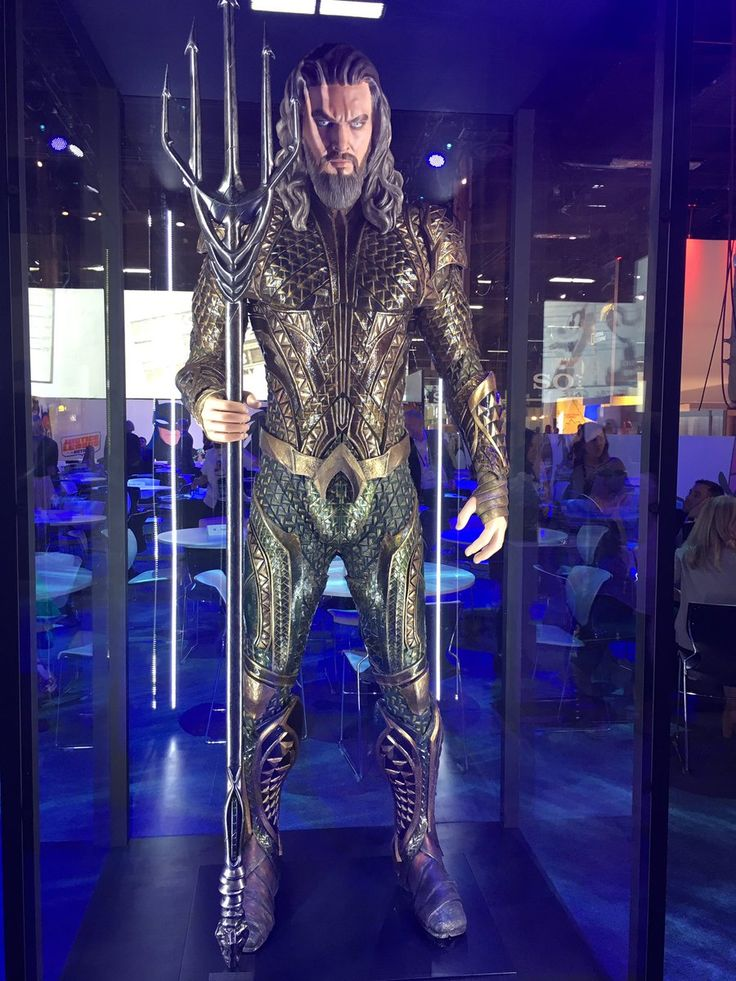 More pics from the Licencing Expo here, and this time we get incredibly detailed looks at the outfits that'll be worn by Batman, Wonder Woman, Aquaman, Cyborg and The Flash in Justice League.