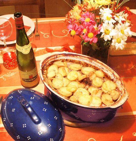 Le Baeckeofa est un plat tellement copieux qu'il se suffit à lui-même mais vous pouvez l'accompagner de salade verte. Dégustez avec un suave et fruité Tokay d'Alsace