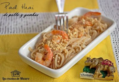 Pad thai de pollo y gambas (noodles fritos estilo Thai) Thailandia