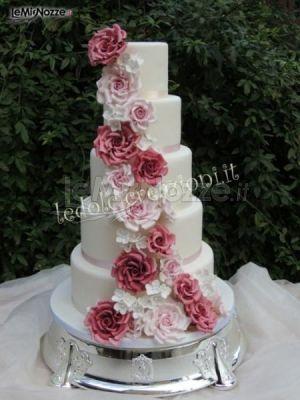 http://www.lemienozze.it/operatori-matrimonio/catering_e_torte_nuziali/le_dolci_creazioni/media/foto/13 Torta nuziale con decorazione di fiori rosa