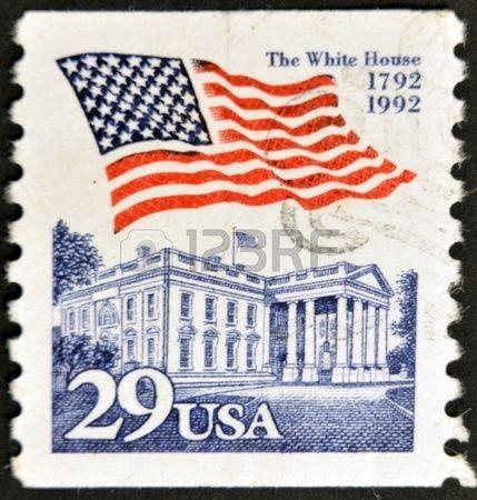ESTADOS UNIDOS DE AMERICA - CIRCA 2001: sello impreso en los EE.UU., muestra la bandera y la Casa Blanca, alrededor del año 2001