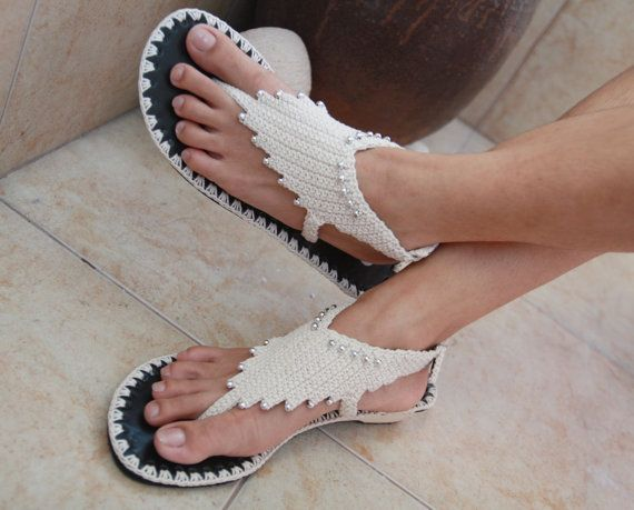 Questi sandali sono così carini con design unico, grande con pantaloncini, jeans, gonne o anche il tuo vestito perfetto il vostro giorno speciale. Uncinetto fatto a mano è fatto con cura e amore da me. La cintura può essere regolabile per adattarsi alla caviglia. Scarpa tacco è alto 1,5 pollici. Mai stati indossati. È possibile utilizzarli in qualsiasi momento, ovunque, ogni giorno. Disponibile nelle misure di wonman 6 - 8 (US)  Se la dimensione non è disponibile, si prega di indicare…