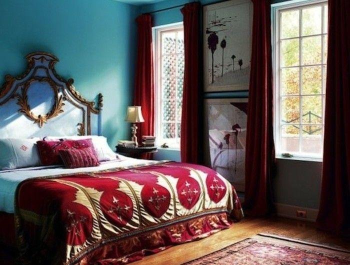 chambre-bleu-canard-avec-des-elements-deco-couleur-rouhe-couverture-de-lit-et-rideaux-rouges-tapis-oriental-chambre-style-baroque