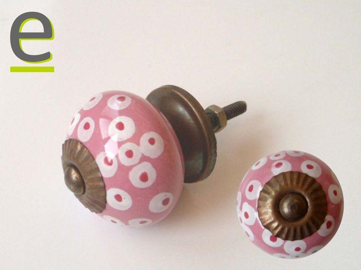 Pomello per mobili in ceramica decorata a mano. Diametro 35 mm. Pomelli di ceramica rosa con decorazione rossa e bianca.  Dimensioni e prezzi sono visibili alla pagina  https://easy-online.it/shop/pomelli/pomello-mobile-ck-663/